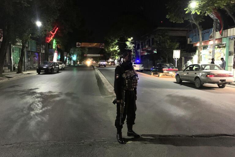 En polis bevakar området i Afghanistans huvudstad Kabul där ett bombdåd genomfördes på tisdagen.