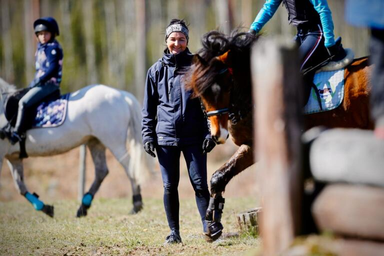 Linda Algotsson har haft clinics som sin huvudsakliga sysselsättning under våren på grund av pandemin. Nu kan fälttävlansstjärnan från Körningsven börja fokusera på sig själv igen när ridsporten öppnar upp för seniorer från den 14 juni.