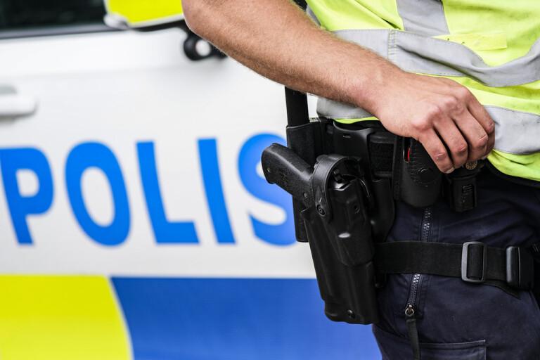 En man i 60-årsåldern ska ha gjort våldsamt motstånd när poliser skulle göra en kroppsbesiktning på mannen som hade flera knivar, två yxor och ett basebollträ i sin bil. Bilden är en genrebild.