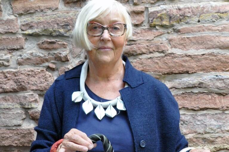 Monica Prim Larsson skapar smycken från återvunnet material som ljuskoppar och gamla slipsar.