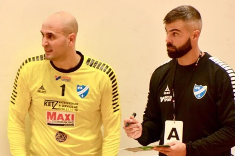 IFK Karlskronas målvakt Abdul Al Ayyam och tränaren Karl-Johan Lång ser bekymrade ut, men efter storspel av matchens lirare ordnade det till sig och hemmalaget tog två viktiga poäng i division 1-handbollen.