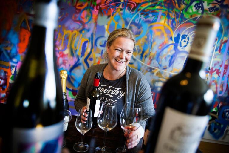 """Framför den enorma graffitiväggen i vardagsrummet, som för övrigt var en del av ett av Annas ABF-projekt, har Anna inte bara haft vinprovningar tillsammans med vänner utan även anordnat """"hemma hos""""-konserter."""
