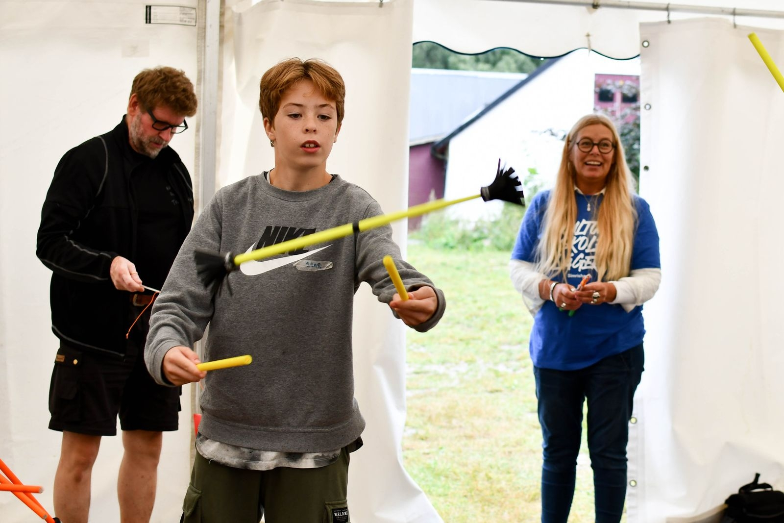 Joar Lyhagen spelar trumpet i Kulturskolans ordinarie verksamhet, men visar sig även vara en fena på att jonglera med flowersticks.