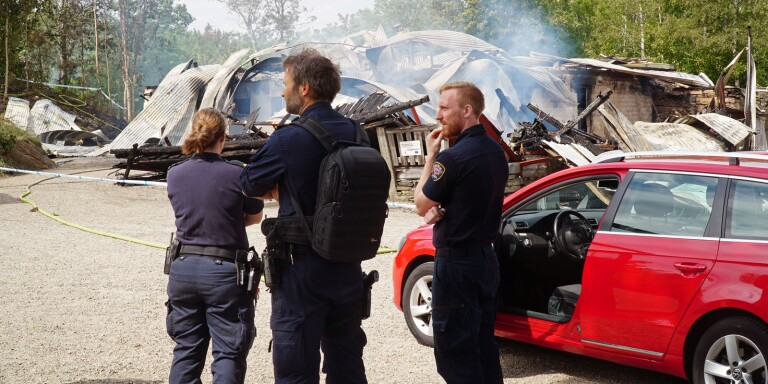 Kriminaltekniker var på plats i Hyssna dagen efter branden och man höll flera förhör. På grund av hög värme tvingades man vänta med teknisk undersökning.