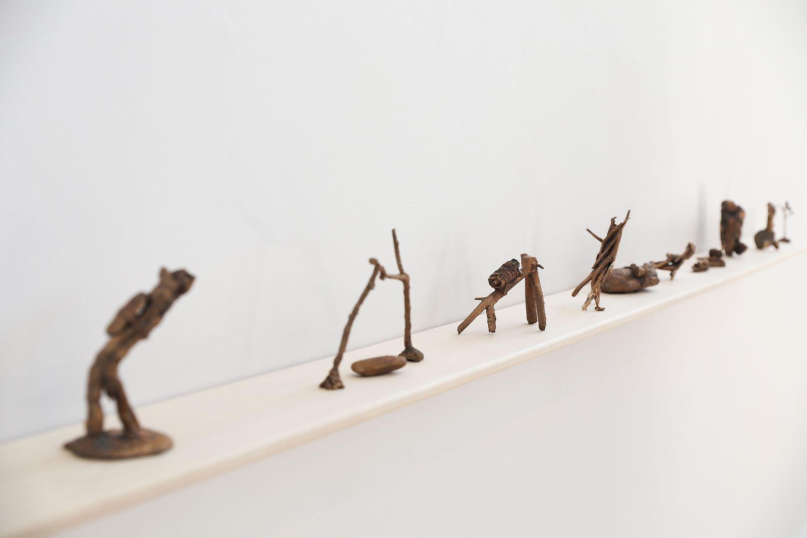 Bronsskulpturer på rad väcker nyfikenhet.