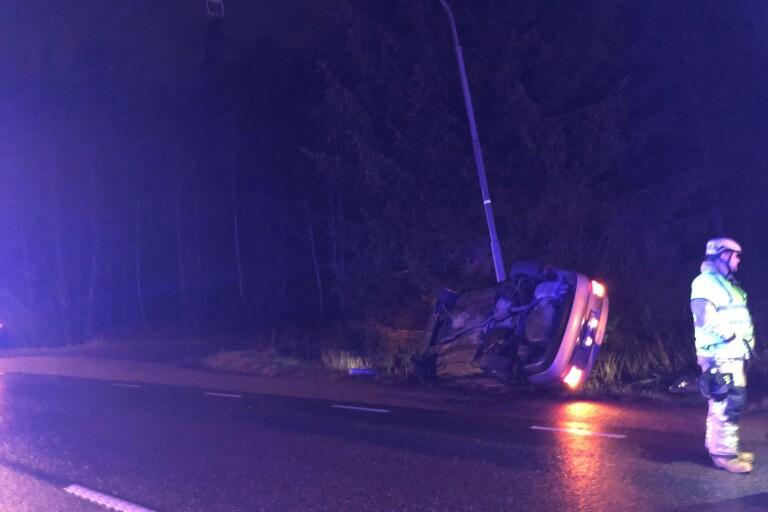 I natt: Personbil voltade av Hultaforsvägen