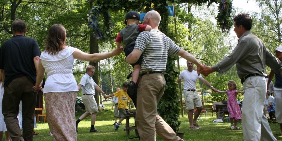 Dans kring lövad stång, sång, musik och lekar är gemensamma nämnare för de flesta av midsommarfirandena som finns att välja på i vårt sydöstra hörn av Skåne.