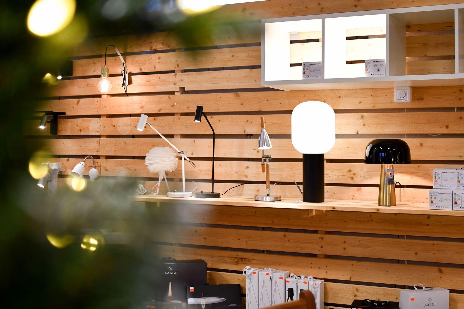 I butiken på Branteviksvägen i Simrishamn finns ett varierat utbud av lampor och utemöbler.