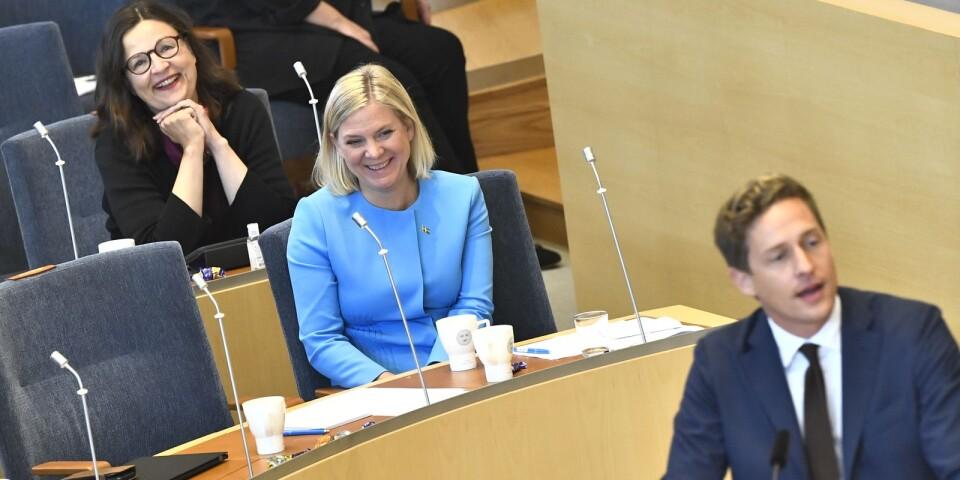 Utbildningsminister Anna Ekström (S) och finansminister Magdalena Andersson (S) lyssnar på Centerpartiets ekonomiskpolitiske talesperson Emil Källström under budgetdebatten i riksdagen.