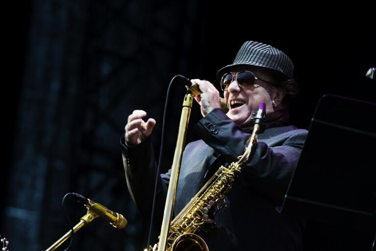 Van Morrison sångprotesterar mot coronaregler