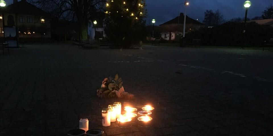 Tända ljus på torget i Tollarp.