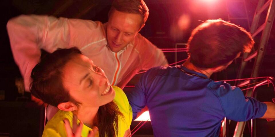 """""""Any Number of Sunsets"""" är en annorlunda dansföreställning, som har urpremiär på Skillinge teater den 13 september. Publiken får komma riktigt nära dansarna, som själva gör de ljud som de dansar till. Föreställningen kommer även att spelas på andra platser i landet, däribland Dansens hus och MDT i Stockholm, Atalante i Göteborg samt Dansstationen i Malmö."""