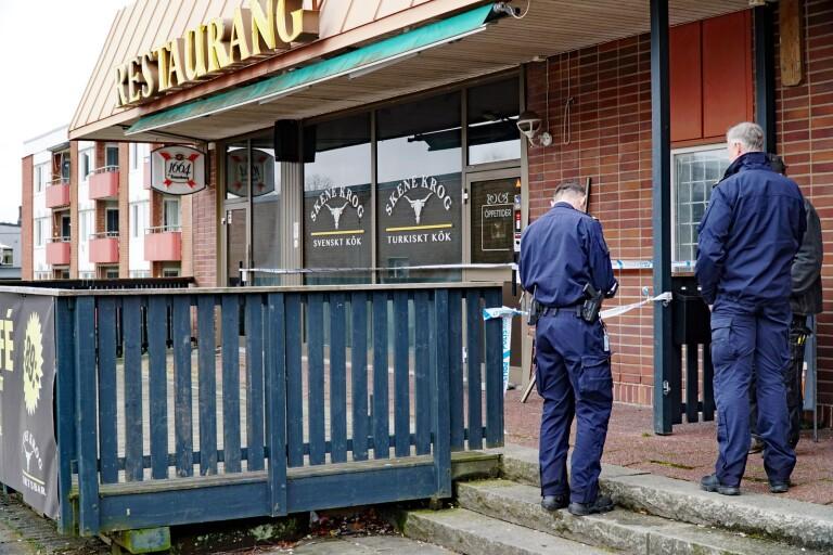 Polisens tekniker undersökte restaurangen dagen efter branden.