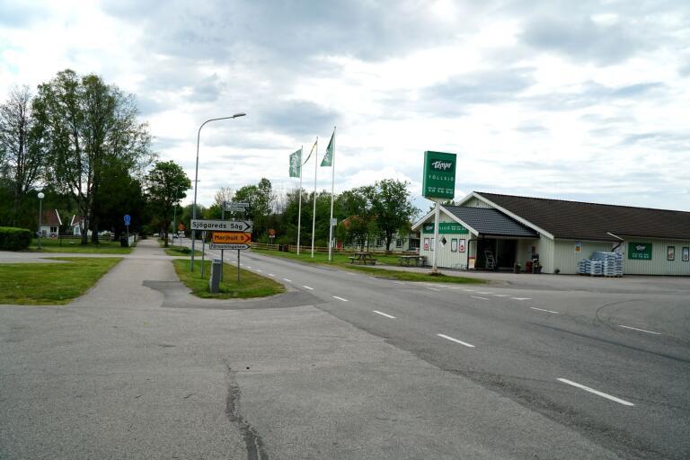 Vid korsningen i Töllsjö, där en flicka på cykel kolliderade med en bil på tisdagseftermiddagen, passerar dagligen barn mellan skolan och affären. Nu vill föräldraföreningen göra en ny ansökan hos Trafikverket om ett övergångsställe.