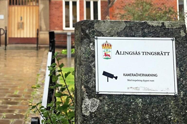 Alingsås tingsrätt beslutade att häkta den 27-åriga Herrljungabon.
