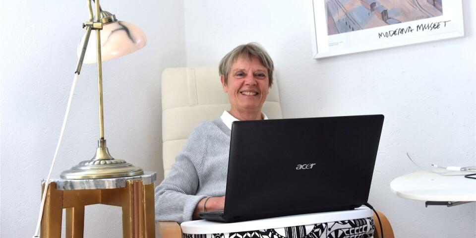 """Pia Hillerblad bor sedan fem år tillbaka på en gård i Fårarp, där hon har förverkligat sina författarambitioner. Första romanen """"Contra Tiempo"""" har precis kommit ut och fler är på gång."""