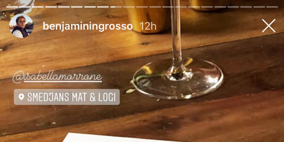 En bild tagen från Benjamin Ingrossos Instagram-story, där man ser honom äta middag på Smedjans mat och logi i Östra Ingelstad.