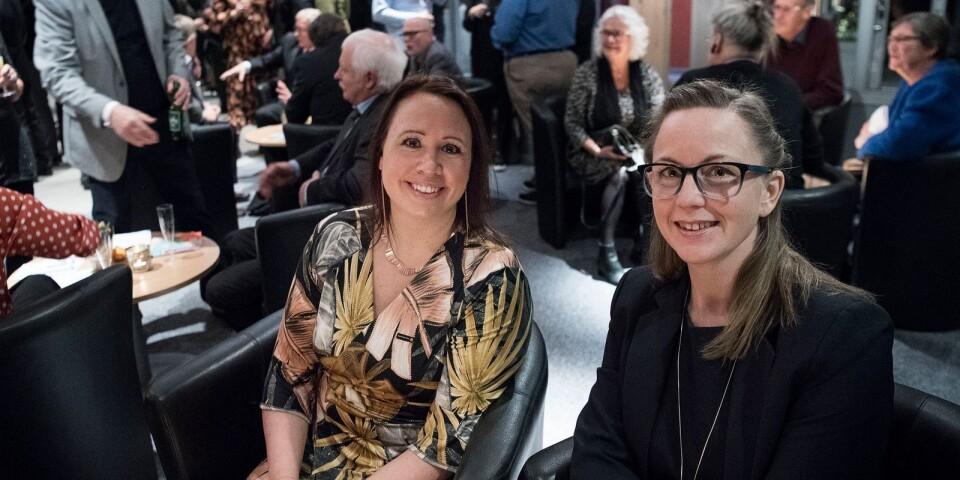 Linda Nilsson och Elin Magnusson förväntansfulla i foajén inför 2018 års näringslivsgala.