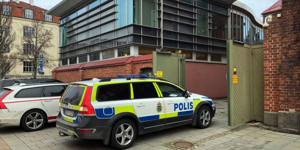 Den 18-åriga kvinnan kördes iväg av polis efter det att tingsrätten beslutat att häkta henne.