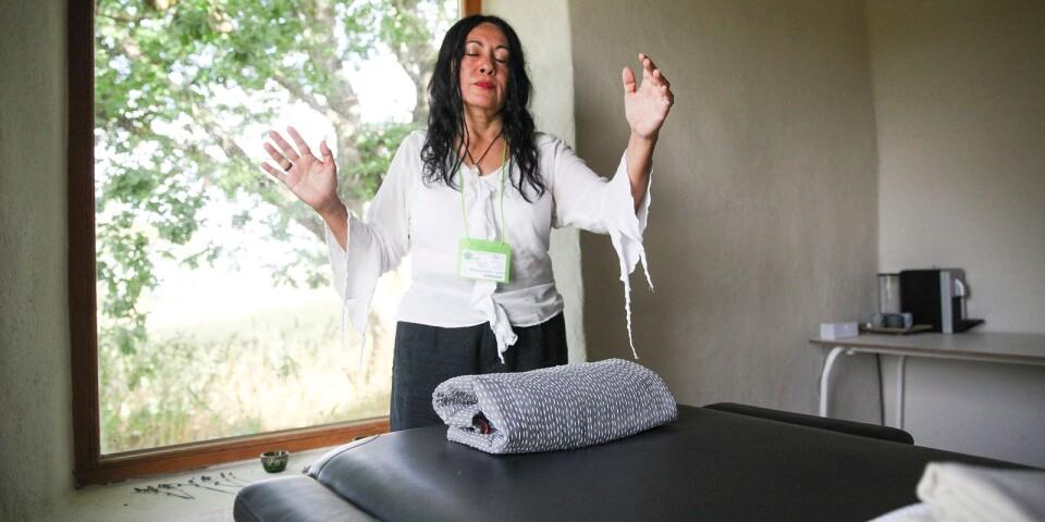 Sedan en tid erbjuder Natascha Peña Urrutia, eller Sealoe Leffën som hon också kallar sig, reikibehandlingar på Mudita yogastudio i Baskemölla ekoby.