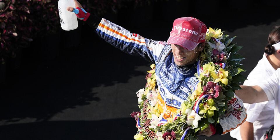 Takuma Sato firar traditionsenligt med mjölk efter att ha vunnit Indianapolis 500.