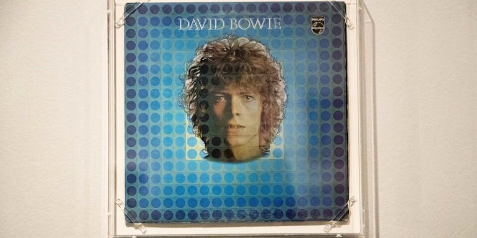 """Skivomslaget till """"Space oddity"""" visas på en utställning om David Bowie i New York. Singel presenterade Major Tom, en astronaut på drift i rymden. Arkivbild."""