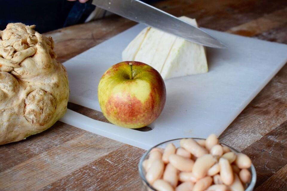 Höstens smaker. Rotselleri och äpple. Vita bönor ingår också.