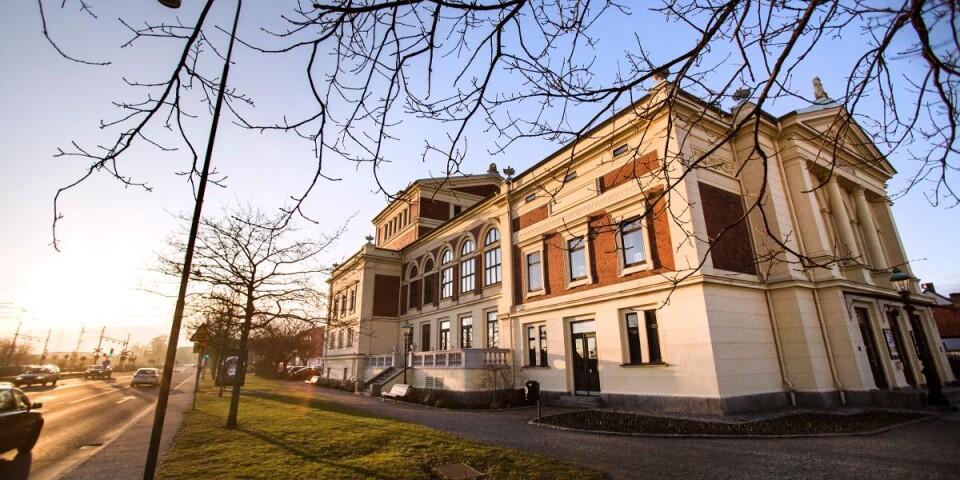 I sn art ett och ett halvt år har Ystads kommun varit utan kulturchef. Snart är också Ystads teater utan operativ ledning. Det är mycket illa för Ystads kommun att rekryteringsproccesen tagit orimligt lång tid.