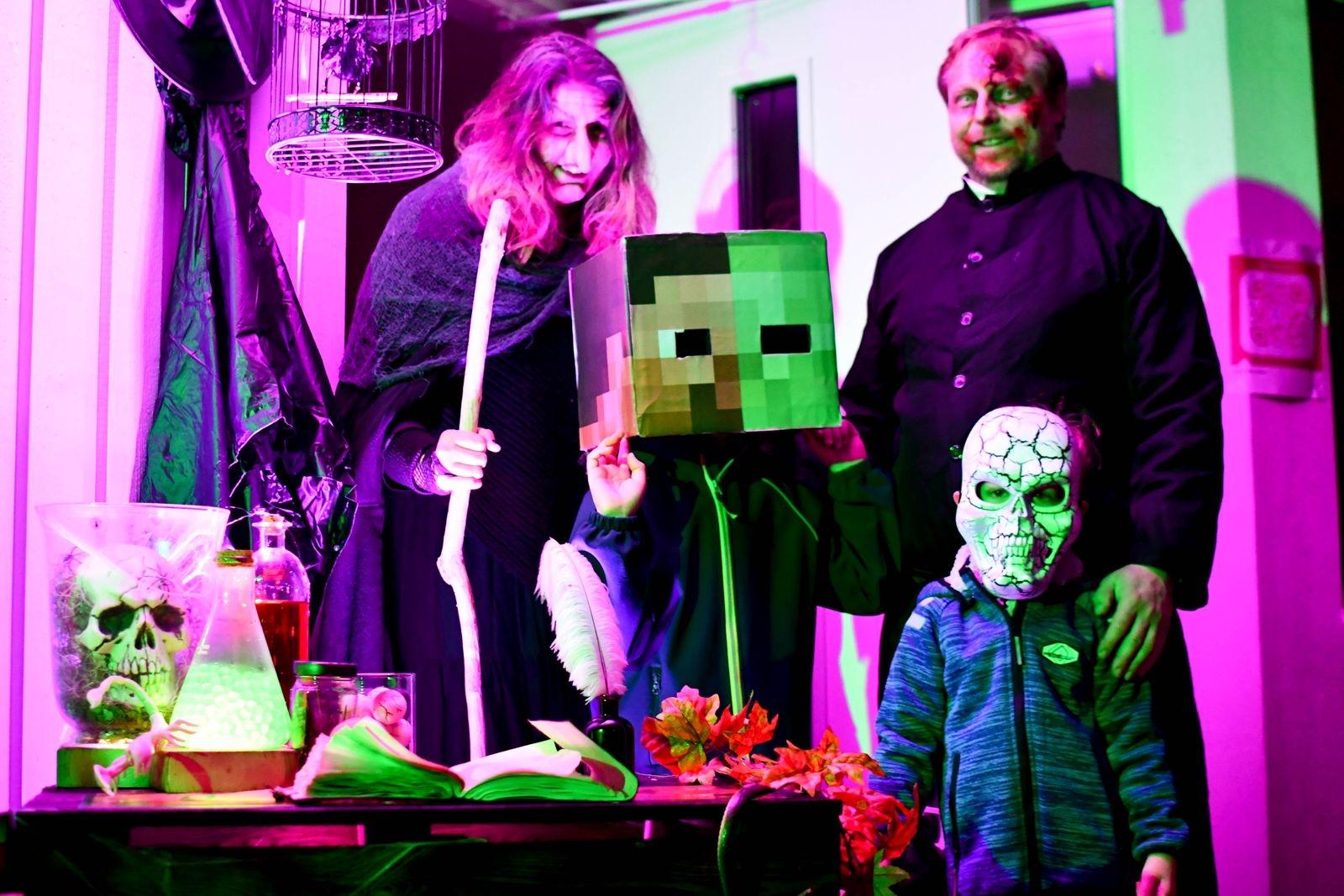 Cecilia Linders, Martin Söderberg och deras barn Malte och Milton älskar halloween. Till Köpingebrosbornas förtjusning spökar de varje år ut sitt hus och bjuder in till bus eller godis.