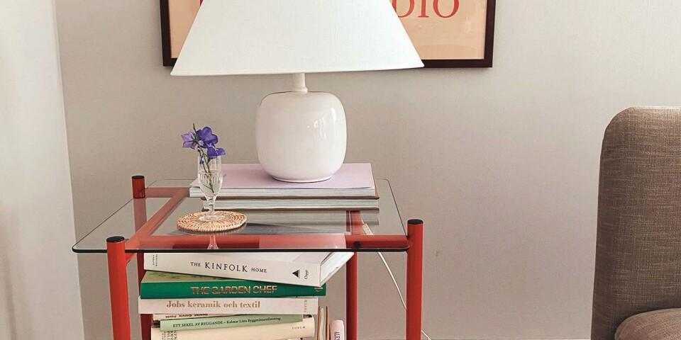 Det röda rullbordet med glasskiva var en chansning som gick hem, 150 kr och jag älskar det! Lampan med keramikfot är en gammal Ikealampa från 80-talet.