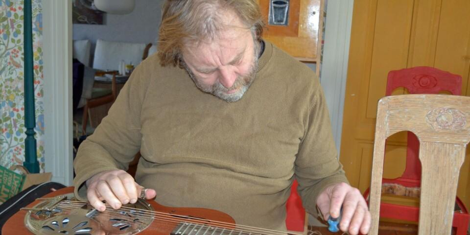 """""""På min dobro spelar jag allt utom blues, som den ju egentligen är byggd för"""", säger musikern Peter Bryngelsson. Det skvallrar lite om hans förhållande till utmaningar."""