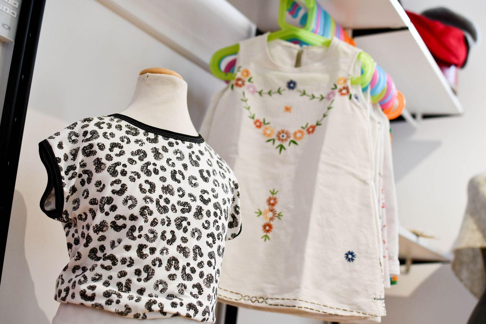 I butiken erbjuder Jenny främst plagg från sitt eget varumärke, men även lite accessoarer, handsydda barnkläder av andra märken och en del ullplagg från gotländska Naturnära.