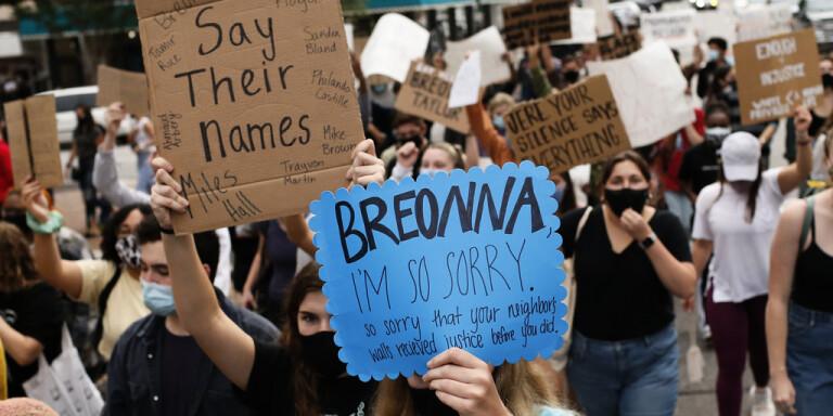 Dödsskjutningen av Breonna Taylor är en av flera som har fått människor att protestera på gatorna i USA. Här en demonstration i Athens i delstaten Georgia, i fredags.