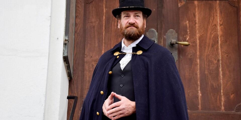 Lars Schilken, som Morbid Skröplig, tar emot på trappan till rådhuset.