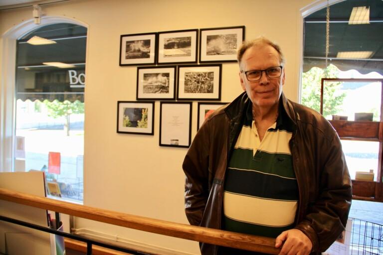 Ulf Eriksson ställer ut sina fotografier på Borgholms bokhandel.