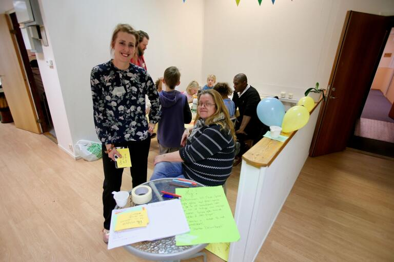 Amanda Stjärnqvist, till vänster, är ordförande i Rädda barnen och projektledare för Open space. Röda korset finns också med, på bilden representerat av Monica Österaström.