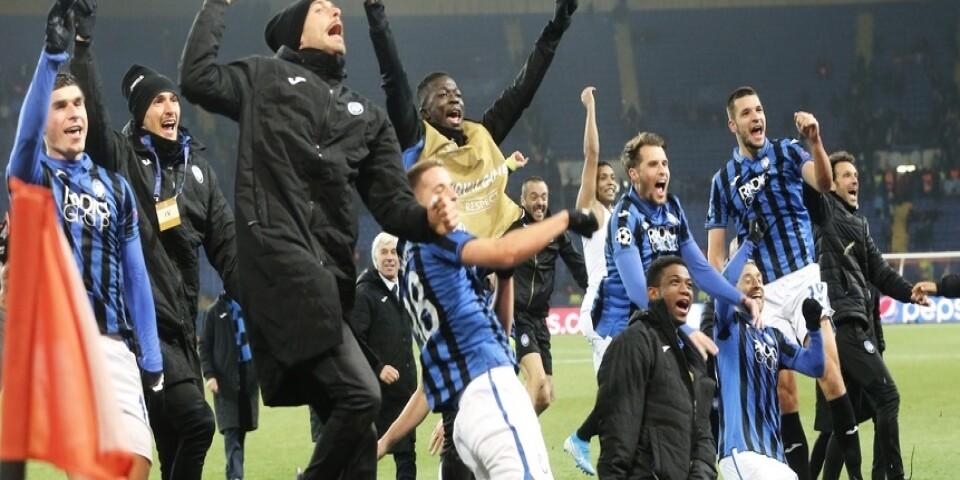 Atalantas spelare firar efter segern mot Sjachtar Donetsk.