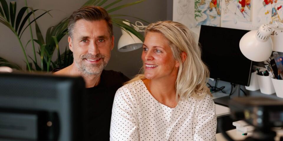 """Andreas och Emelie Sjölander driver företaget Boksmart och drabbas hårt av den kris som corona för med sig med inställda evenemang och mässor. Men istället för att deppa sätter de kreativiteten i spinn och lanserar nu både läsklubb, Youtube-kanal och ett Instagramkonto för barn med namne """"Kramdalens läsklubb""""."""