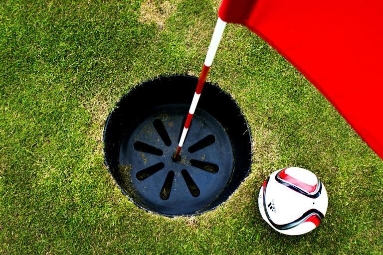 Fotbollsgolf har precis öppnat på golfbanan i Tomelilla. Banchefen Kristian Hägglund