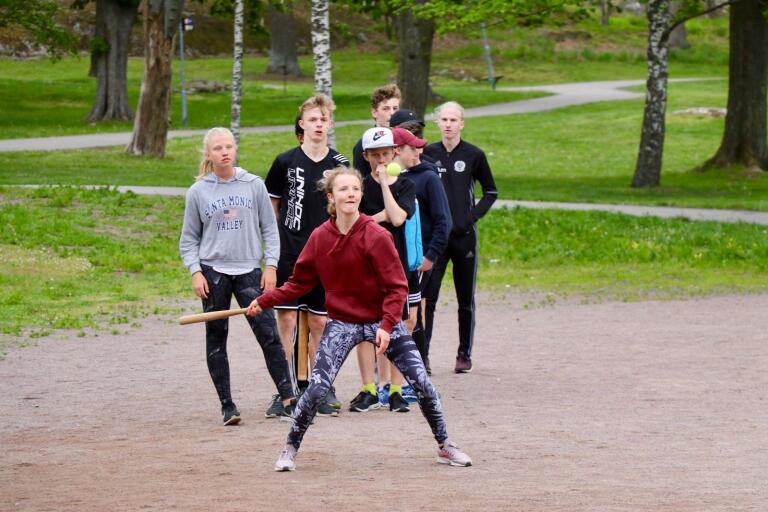 Maja Åhman slog första bollen när matchen mellan lagen KB och Team Catch körde i gång.