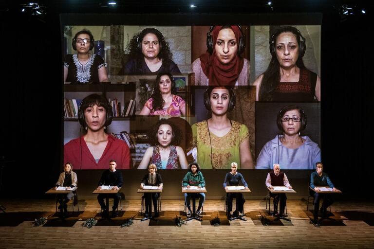 De skyddssökande är ett samarbete mellan Stockholms stadsteater och den feministiskt inriktade Al-Harah-teatern i Palestina. De nio kvinnliga skådespelarna där medverkar via film som projiceras på en jätteduk bakom de svenska skådespelarna.