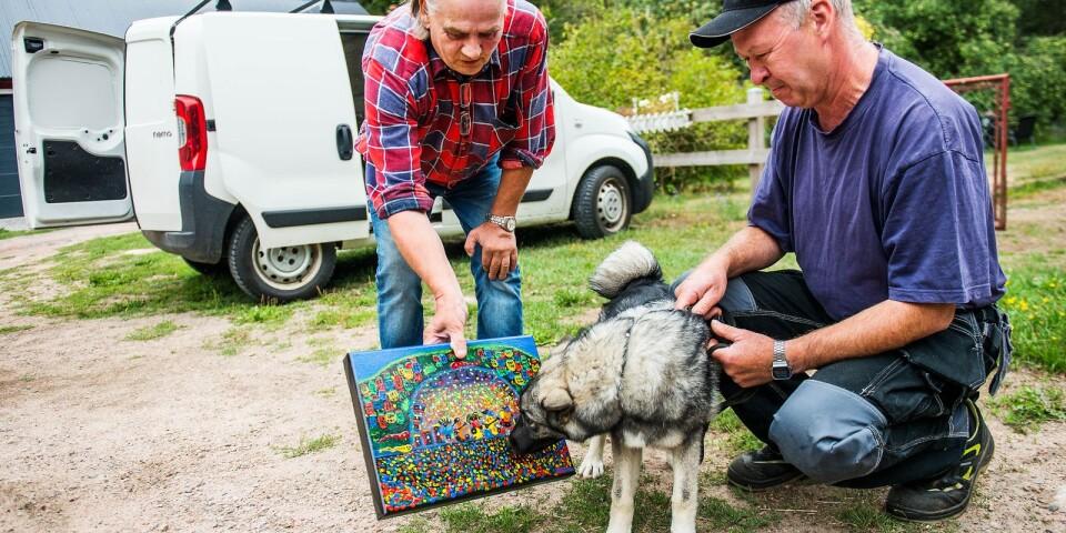 """""""Gillar du hårdrocksband?"""" frågar Mikko Vainio grannen Lars Johanssons valp Vega."""