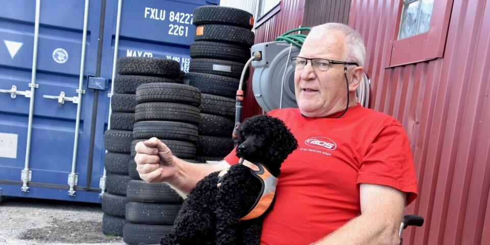 Thore Nilsson är i full gång igen efter bara någon månad som pensionär. Thores Däck & Bilservice är hans livsluft. Han startade verksamheten redan på 80-talet och det märks att han är entusiastisk över sina nya lokaler i Nybrostrand.
