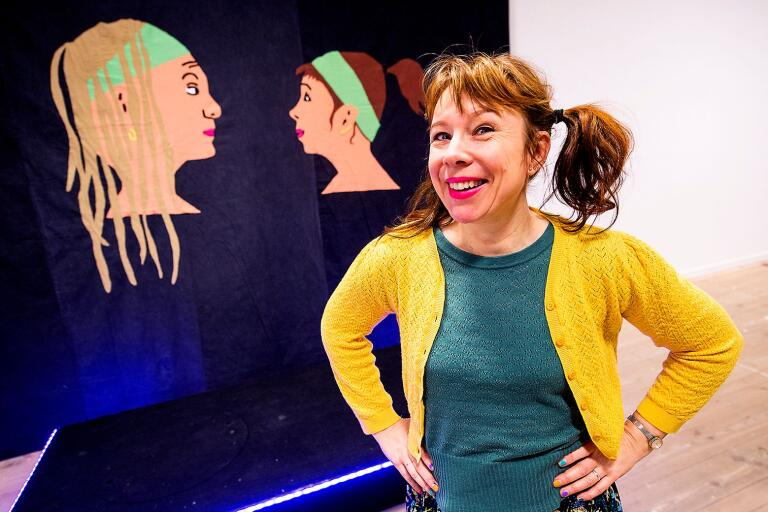 Catti Brandelius under uppbyggandet av sin utställning på Kristianstads konsthall.