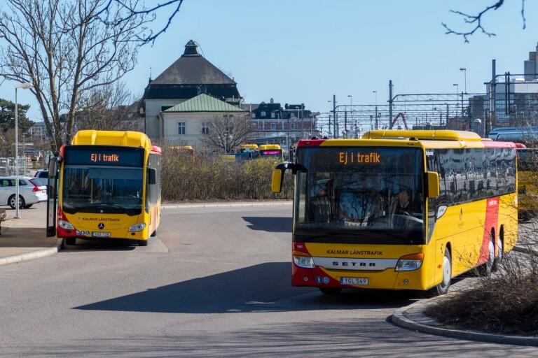 Blåljus: Ruta krossades på linjebuss – under färd