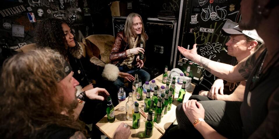 Besök av legendaren. Bill Steer, death metal-pionjären från Carcas och Napalm Death hälsar på i logen efter spelningen. För drygt 15 år sedan spelade han tillsammans med The Quill-duon Jolle Atlagic och Roger Nilsson i brittiska bandet Firebird.