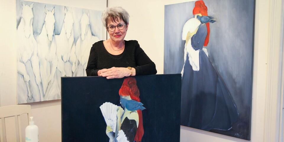 Mystiska kvinnor och galopperande hästar är återkommande motiv hos Simrishamnskonstnärinnan Ann-Margrete Clarén.