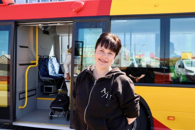Malin Simonsson åker ofta buss och tycker att det är bra att framdörrarna hålls stängda på grund av coronaviruset.