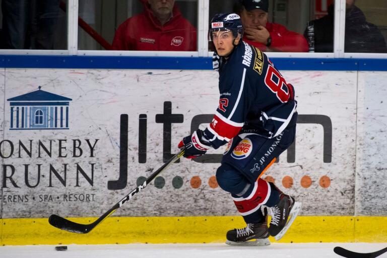 Oliver Olsson är en vass tekare för Krif Hockey och han toppar tekningsligan i hockeyettan södra.
