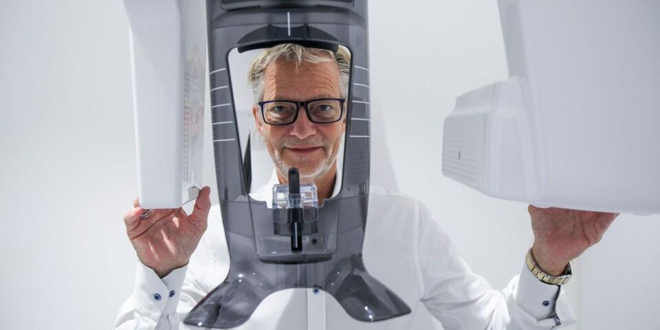 Lars Narhed visar mottagningens ortopantomograf, en modern röntgenteknik som möjliggör en oral helhetsbild med bra översyn av tänder och käkar.
